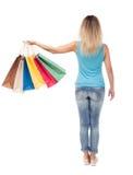Задний взгляд женщины с хозяйственными сумками красивая девушка брюнет в движении персона задней стороны Стоковое Изображение RF