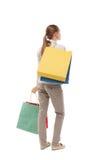 Задний взгляд женщины с хозяйственными сумками Стоковые Изображения RF