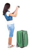 Задний взгляд женщины фотографируя путешествуя с suitcas Стоковое Фото