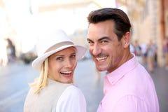 Задний взгляд жизнерадостных пар идя в улицу Стоковое Фото