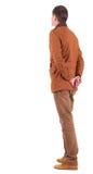 Задний взгляд задумчивого стильного человека в коричневой куртке. стоковое изображение rf