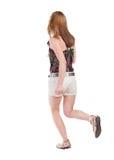 Задний взгляд идущей женщины в шортах Стоковая Фотография RF