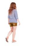 Задний взгляд идя молодой красивой женщины redhead Стоковая Фотография RF