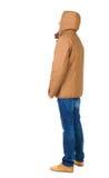 Задний взгляд красивого человека в куртке зимы смотря вверх Стоковое Изображение RF