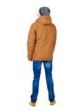 Задний взгляд красивого человека в куртке зимы смотря вверх Стоковая Фотография