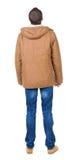 Задний взгляд красивого человека в куртке зимы смотря вверх Стоковое Изображение