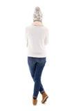 Задний взгляд красивой женщины в одеждах зимы изолированных на белизне Стоковое Изображение RF