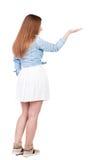 Задний взгляд красивой женщины в платье смотря стену и владения Стоковые Фотографии RF