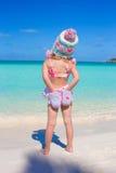Задний взгляд маленькой прелестной девушки на тропическом Стоковые Фотографии RF