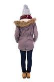 Задний взгляд молодой женщины в одеждах зимы изолированных на белизне Стоковые Фотографии RF