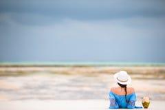 Задний взгляд молодой красивой женщины на пляже во время малой воды стоковая фотография rf