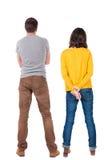 Задний взгляд молодых пар обнимает и смотрит в расстояние Стоковые Фото