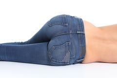 Задний взгляд дна женщины с голубыми джинсами стоковые фотографии rf