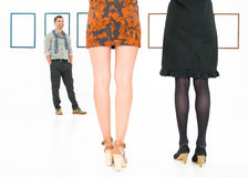 Задний взгляд ног женщин в художественной галерее Стоковая Фотография
