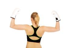 Задний взгляд перчаток бокса женщины фитнеса бокса нося белых Стоковое Изображение RF