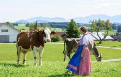 Задний взгляд прелестной маленькой баварской девушки на поле страны Стоковое Изображение RF