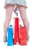 Задний взгляд сексуальной женской держа кредитной карточки Стоковое Изображение