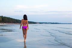 Задний взгляд сексуальной женщины идя в воду на пляже Стоковая Фотография RF