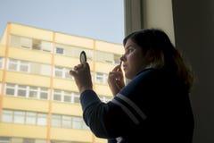 Задний взгляд силуэта женщины кладя на состав перед Стоковое Изображение