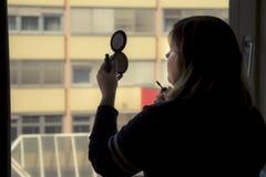 Задний взгляд силуэта женщины кладя на состав перед Стоковое Изображение RF