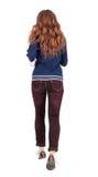 Задний взгляд скача женщины в джинсыах Стоковые Изображения