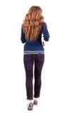 Задний взгляд скача женщины в джинсыах Стоковое Изображение