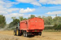 Задний взгляд современного зеленого трактора John Deere Стоковая Фотография