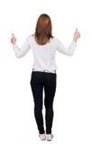 Задний взгляд стоять молодая бизнес-леди redhead показывая большой палец руки Стоковые Фото