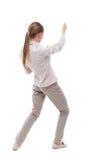 Задний взгляд стоящей девушки вытягивая веревочку от верхней части или льнет Стоковые Фото