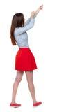 Задний взгляд стоящей девушки вытягивая веревочку от верхней части или льнет Стоковая Фотография RF