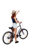 Задний взгляд указывая женщины с велосипедом Стоковые Изображения