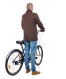 Задний взгляд человека с велосипедом Стоковое фото RF