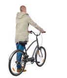 Задний взгляд человека с велосипедом Стоковые Фотографии RF