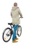 Задний взгляд человека с велосипедом Стоковые Фото