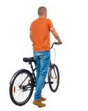 Задний взгляд человека с велосипедом Стоковая Фотография RF