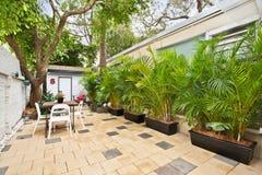 Задний двор с внешними посадочными местами Стоковые Изображения