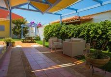 Задний двор с деревянной скамьей и голубым киоском Стоковые Изображения RF
