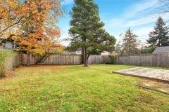 Задний двор с палубой и травой Стоковая Фотография RF