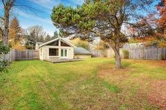 Задний двор с палубой и травой Стоковые Фотографии RF
