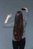 Задний портрет взгляда женщины делая фото selfie Стоковое Изображение