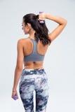 Задний портрет взгляда женщины фитнеса разрабатывая с малыми гантелями Стоковые Фото