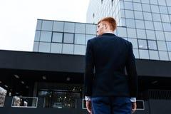 Задний портрет взгляда молодого бизнесмена Стоковая Фотография