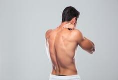 Задний портрет взгляда человека с болью шеи стоковые фото