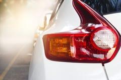 Задний свет современного автомобиля на предпосылке улицы Стоковые Изображения
