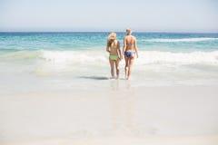 2 задних женщины идя на пляж Стоковая Фотография RF