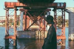 Задняя женщина черной шляпы под мостом Стоковые Изображения RF