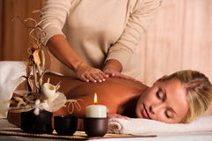 задняя красивейшая делая массажируя женщина masseur Стоковое Фото