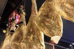 Задняя нога высушенной смертной казни через повешение на стене, jamon свинины Стоковая Фотография