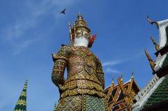 Задняя сторона гиганта попечителя, Wat Phra Kaew, Thailan Стоковые Фото