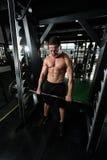 Задняя тренировка с штангой в фитнес-центре Стоковое Фото